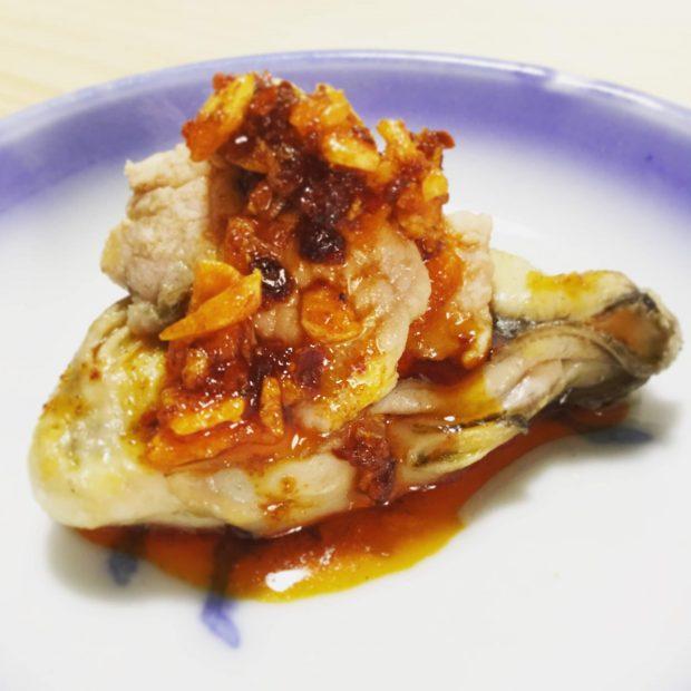 蒸し牡蠣 一粒レシピ「蒸し牡蠣の豚肉&食べるラー油乗せ」